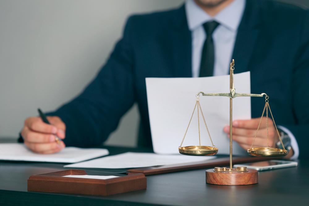abogado-con-documentos